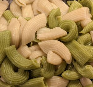 Cooked plain pasta and pasta colored with pureed kale